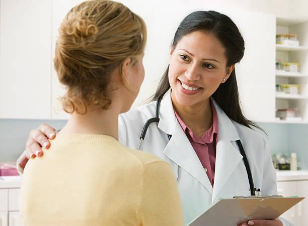 Femme médecin en consultation avec une patiente suite à son hospitalisation