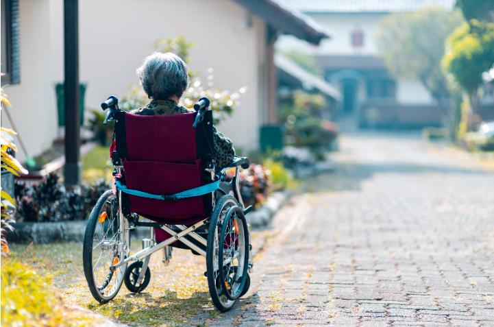 Personne en situation de handicap dans son jardin