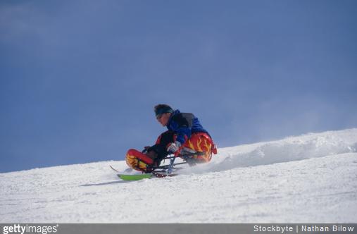 Le dual ski bas permet de fortes sensations de glisse sur la neige.