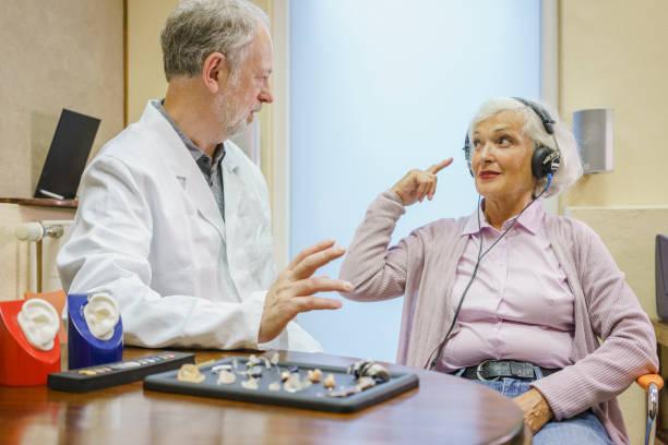 Personne âgée en consultation ORL pour un problème de surdité