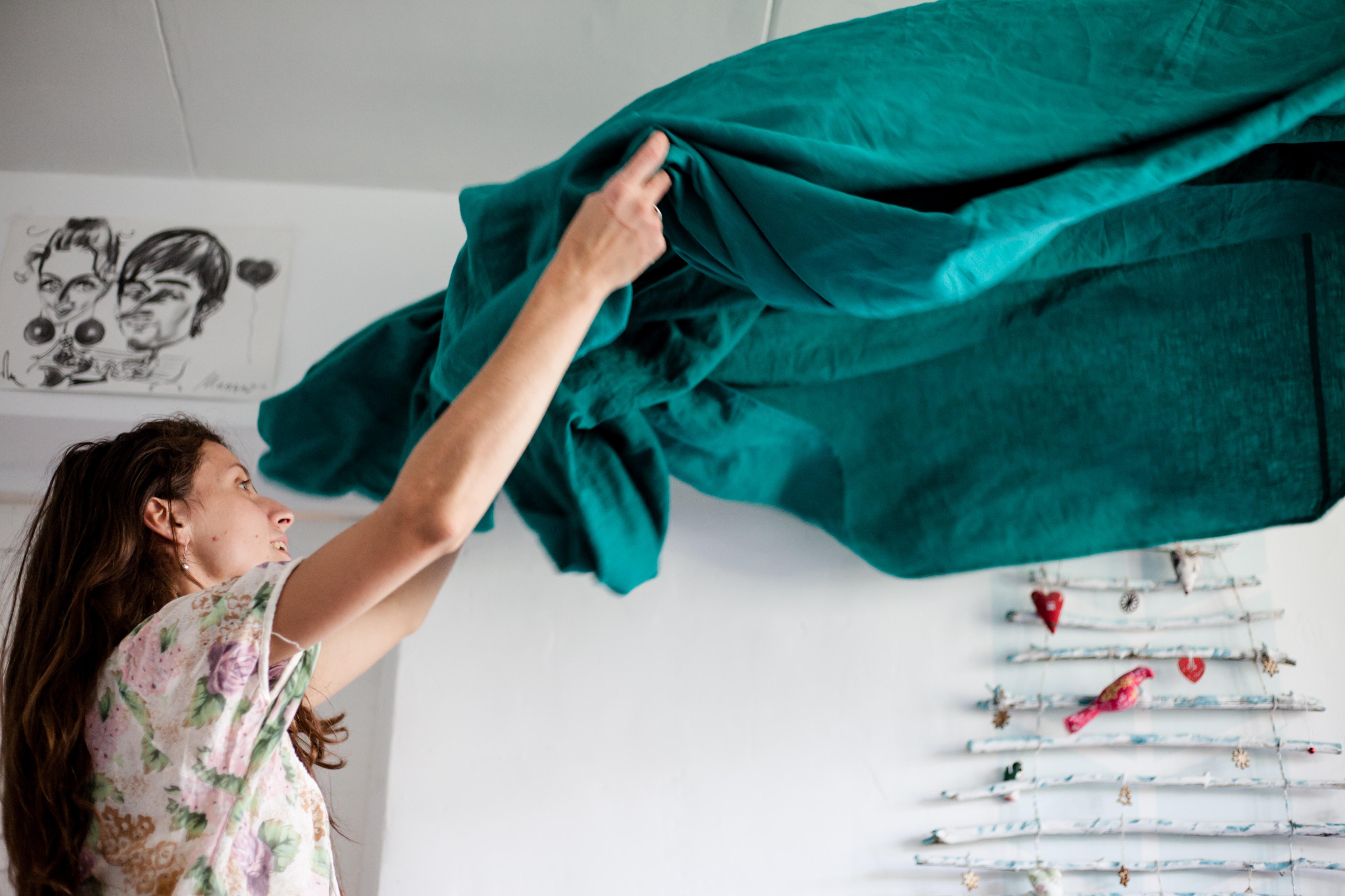 Aide à domicile : femme de ménage qui fait le lit